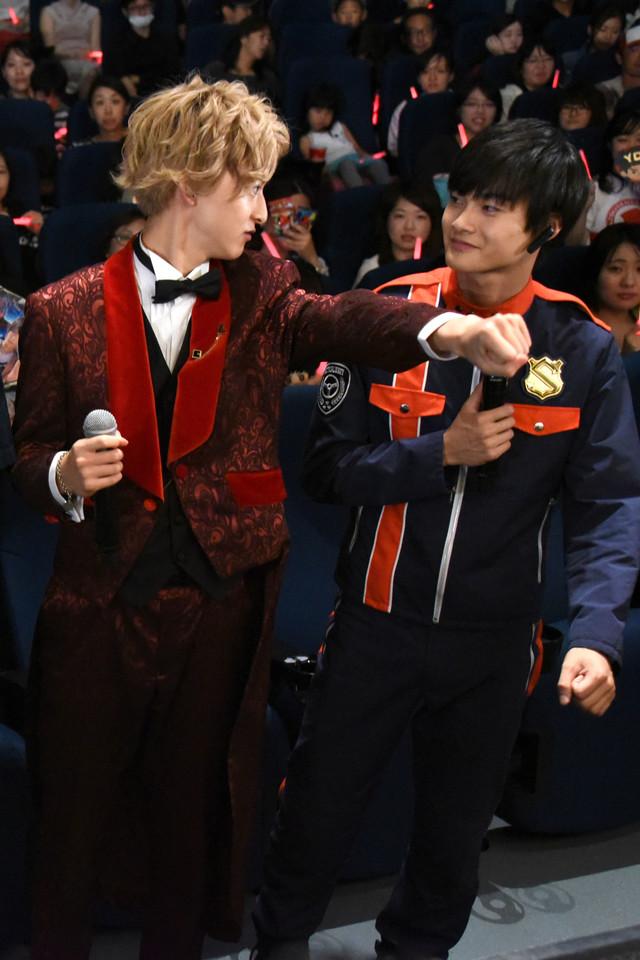 ポーズを確認する伊藤あさひ(左)と結木滉星(右)。