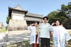 佐賀城の前で記念撮影する小栗旬(中央)。