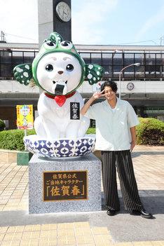 """""""佐賀春""""の像(左)と小栗旬(右)。"""