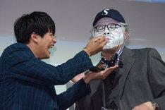 森崎ウィン(左)にケーキを食べさせてもらい、箸を舐め回すスティーヴン・スピルバーグ(くっきー / 右)。