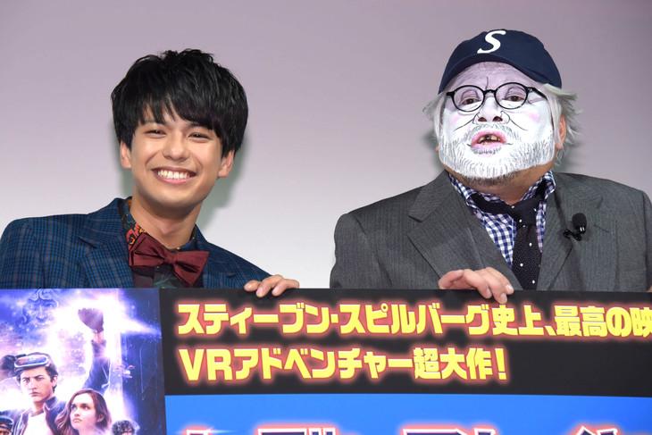 「レディ・プレイヤー1」応援上映会にて、左から森崎ウィン、スティーヴン・スピルバーグ(くっきー)。