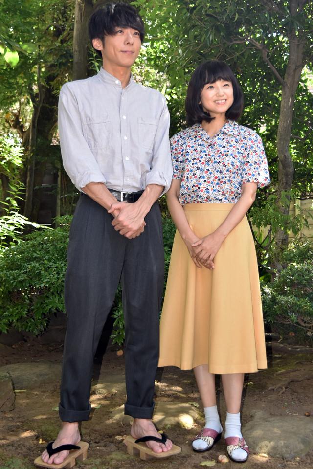 左から高橋一生、永作博美。