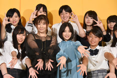 「SUNNY 強い気持ち・強い愛」女子限定制服試写会の様子。前列左から2番目が篠原涼子、3番目が広瀬すず。
