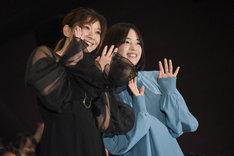 左から篠原涼子、広瀬すず。