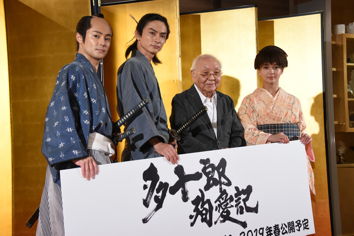 「多十郎殉愛記」制作発表会見の様子。左から木村了、高良健吾、中島貞夫、多部未華子。