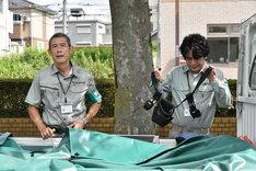 「乱反射」より、鶴見辰吾(左)と萩原聖人(右)。
