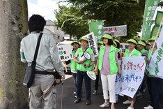 「乱反射」より、梅沢昌代(中央左)と筒井真理子(中央右)。