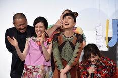"""篠原涼子(右)が""""平成""""を連呼し、会場が爆笑に包まれた瞬間。"""