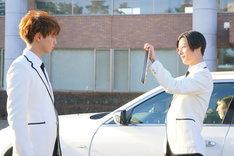 「PRINCE OF LEGEND」より、片寄涼太演じる朱雀奏(左)と塩野瑛久演じる久遠誠一郎(右)。