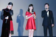 左から芳根京子、土屋太鳳、浅野忠信。