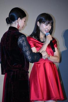 泣かないように芳根京子(左)の手を握る土屋太鳳(右)。