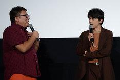 福田雄一(左)のモノマネをする吉沢亮(右)。