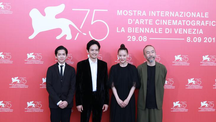 第75回ヴェネツィア国際映画祭にて、左から前田隆成、池松壮亮、蒼井優、塚本晋也。