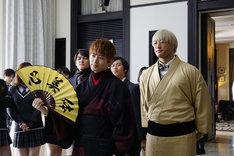 「PRINCE OF LEGEND」より、Team生徒会。手前左から佐野玲於演じる綾小路葵、関口メンディー演じるガブリエル笹塚。