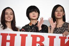 左からアヤカ・ウィルソン、平手友梨奈、北川景子。