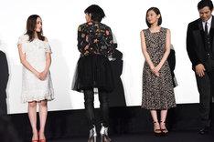 キャストと監督のほうを向いて感謝を伝える平手友梨奈(左から2番目)。