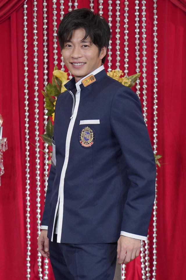 「グルメチキンレース ゴチになります!」の制服を着る田中圭。