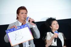 熟考の末、「うんこ」を描いた竹内力(左)。