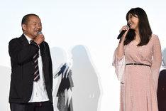 篠原涼子(右)に「篠原さんがサメに襲われるシーンを入れておけばよかった」と述べる大根仁(左)。