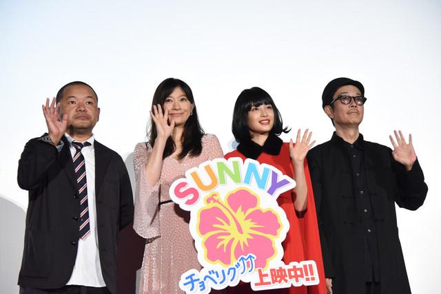 「SUNNY 強い気持ち・強い愛」大ヒット御礼舞台挨拶の様子。左から大根仁、篠原涼子、広瀬すず、リリー・フランキー。