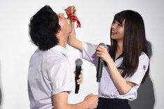 山田裕貴(左)にケーキを食べさせる齋藤飛鳥(右)。