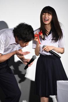ケーキを食べる山田裕貴(左)とそれを見て笑う齋藤飛鳥(右)。