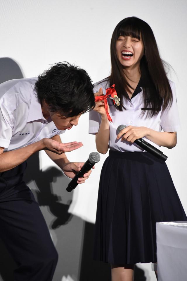 山田裕貴(左)にケーキを食べさせる齋藤飛鳥(右 / 乃木坂46)。
