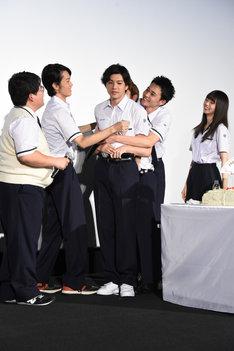 泣いている山田裕貴(中央)を抱きしめる男性キャストたち。