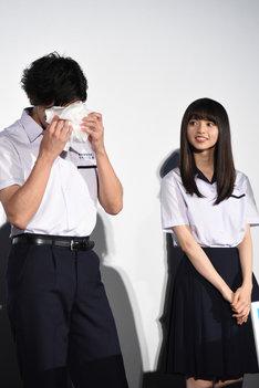 左からハンカチで涙を拭う山田裕貴、齋藤飛鳥。