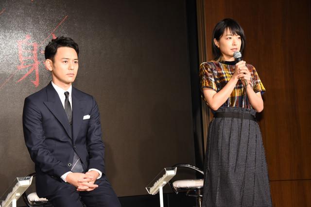 左から妻夫木聡、井上真央。