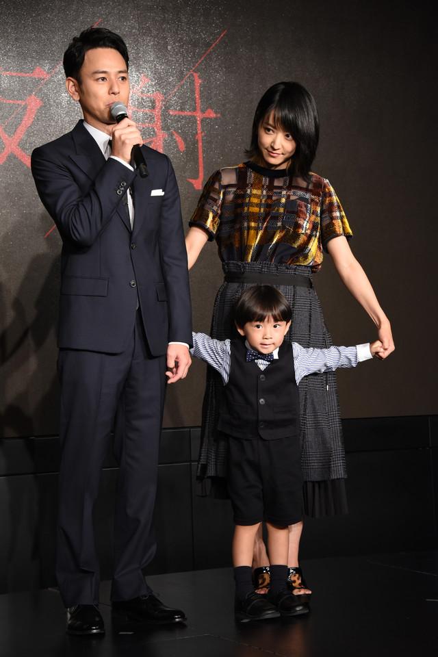 妻夫木聡(左)、井上真央(左奥)、小岸洸琉くん(左手前)。