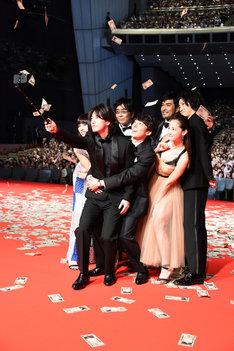 観客と自撮りする登壇者たち。