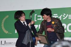 カンフーを披露する茶谷優太(左)と中元雄(右)。