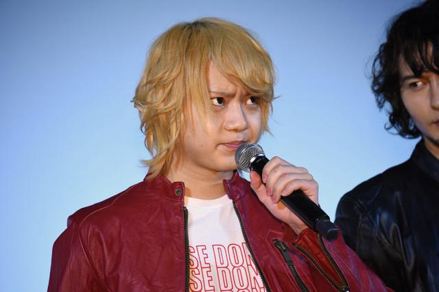 ゆるんだ表情をマスコミに撮られまいとキメ顔のまま挨拶する佐藤流司。