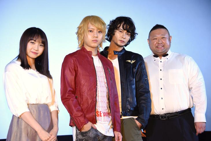 「ダブルドライブ ~龍の絆~」初日舞台挨拶の様子。左から木崎ゆりあ、佐藤流司、藤田玲、脇知弘。