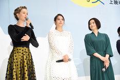 左からシャーロット・ケイト・フォックス、広瀬アリス、鈴木京香。