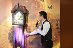 時計に魔法をかける佐藤二朗。