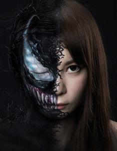顔半分にヴェノムのメイクを施した中川翔子。