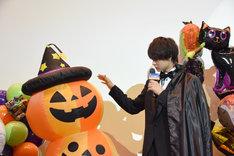 かぼちゃの飾りを揺らす佐野勇斗。