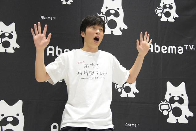 驚いた表情をする田中圭。