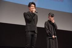 ファンの黄色い悲鳴を聞き「何か起きているのか!?」と驚く岩田剛典(左)。