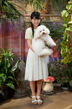 レギュラーキャストである犬のダイキチを抱く喜多乃愛。