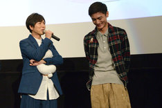 高良健吾(右)を褒め称えて照れさせる神谷浩史(左)。