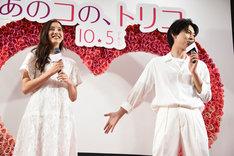 新木優子(左)のイメージを語る吉沢亮。