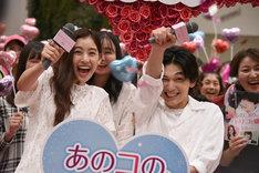 キャノン砲に怯える吉沢亮(右)。