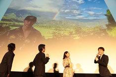 スクリーンに投影された、佐野玲於の「人生で一番大切な写真」。