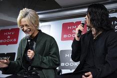 髪色が変わったことから、谷口賢志(右)に「隣にいるの、誰なんだろう」と言われる藤田富(左)。