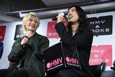 藤田富(左)から「もし谷口さんが悠役だったら……(笑)」と言われ、「バカバカ、俺もお前の歳のときはさわやかだったの! 俺の若いとき、かわいいぞ」と主張する谷口賢志(右)。