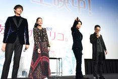 念入りにキスを振りまく吉沢亮(中央右)。
