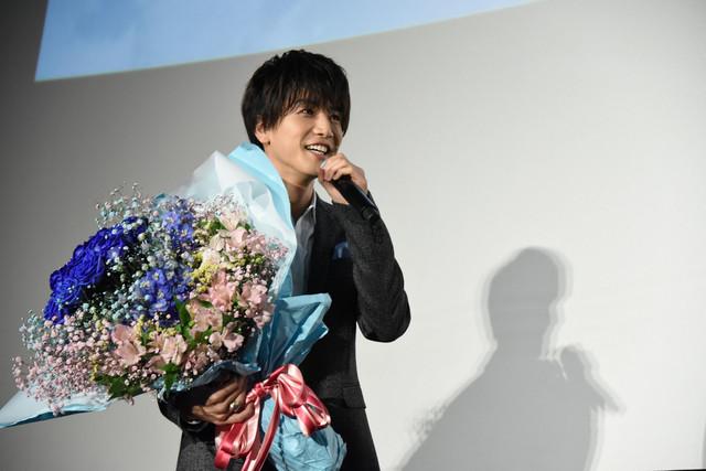 花束を持って現れた岩田剛典。